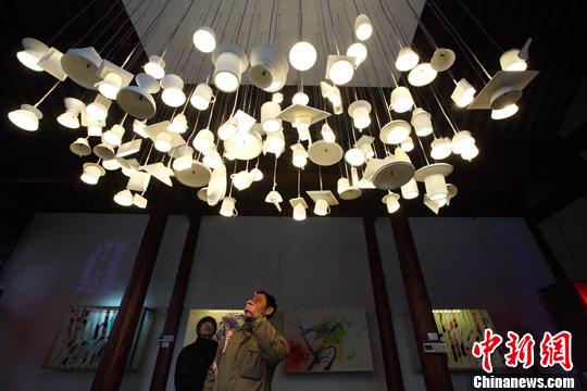 动手制作的创意彩灯从传统手工彩灯中脱颖而出,集中展现了环保,绿色