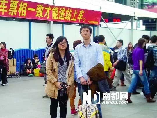 出发前两个年轻人在火车站合了个影。