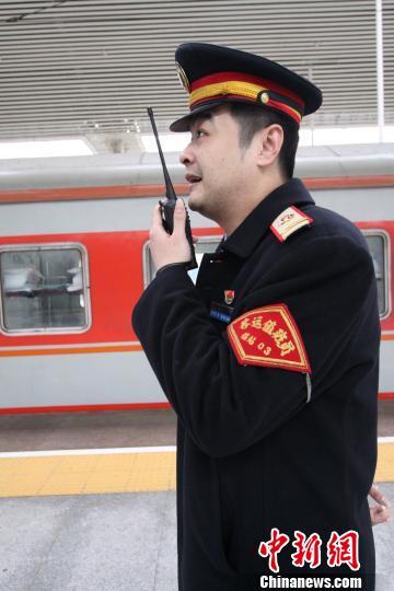 张海用对讲机询问下一班列车的到达时间。