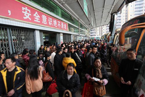 2月13日,在四川省眉山市仁寿县客车联运站,旅客准备检票上车。当日是正月初四,随着春节假期过半,以上班族为主的春运返程客流渐增。新华社发(姚永亮 摄)