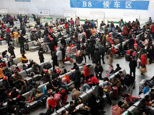 2月13日,旅客在苏州火车站候车大厅等待。新华社发(王建康 摄)