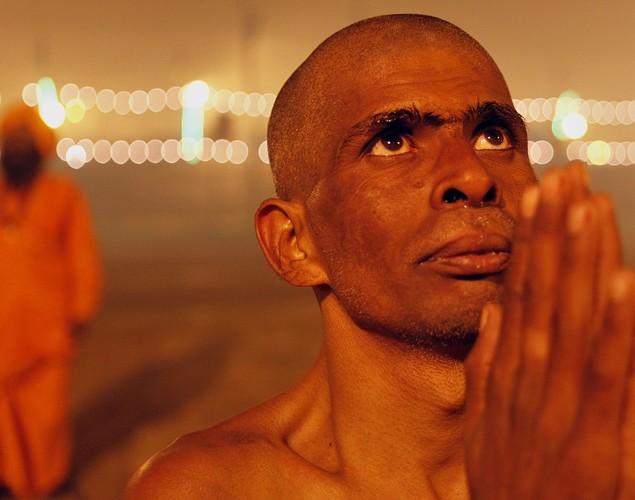 印度教徒们在进行超脱仪式,企望服侍神灵那伽.