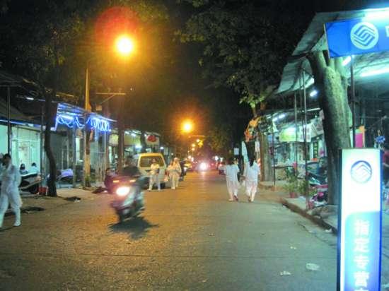 陈姐/灯亮了,二马路上的商户终于可以安心营业。