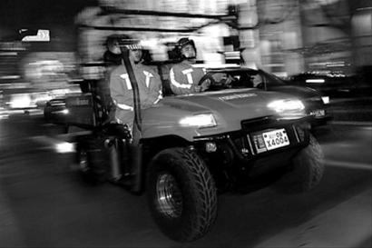 黄浦消防支队昨夜今晨出动消防摩托车巡逻