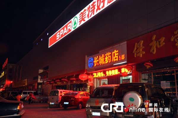 大年初一晚上,晋中市中心一家大型超市正在营业,店门口悬挂的灯笼没有点亮。