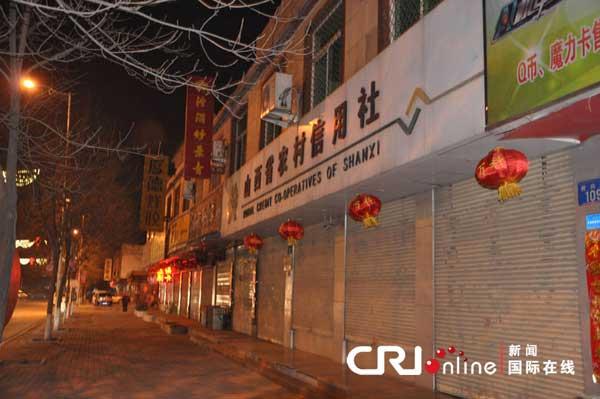 大年初一晚上,晋中市一家商业银行门前悬挂着未点亮的灯笼。
