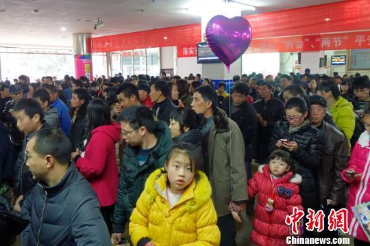 2月14日,大年初五,重庆永川区客运中心人头攒动。中国春运返程高峰这两天来临,今年春节期间全国收费公路免收小型客车通行费也到15日24时结束。中新社发 张浩 摄