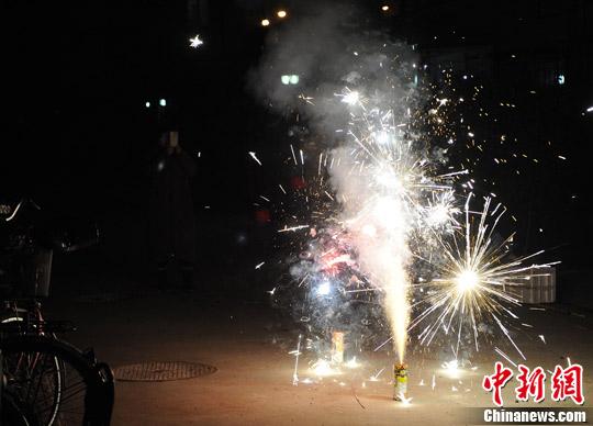 """春节""""破五""""北京市民不顾污染放烟花"""