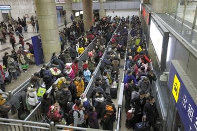 昨日,北京西站,春运返京乘客增多,出租车候车区排起了长队。 实习生 王飞 摄