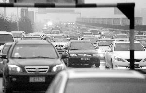 昨天的沪宁高速上,返程车辆明显增多 现代快报记者 施向辉 摄