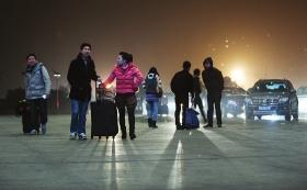 2月14日,长沙南站,旅客们提着行李走向候车室。图/记者谢长贵