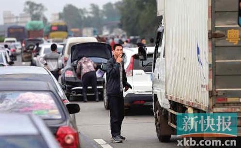 2月14日,茂湛高速,春节回程的车流在路上大排长龙。 新快报记者 宁彪/摄