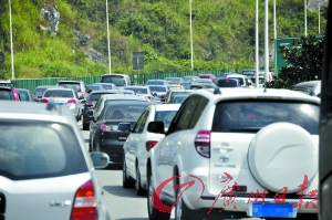 昨日,京珠北路面车流极其密集。记者卜瑜 通讯员冯进富、黄文摄