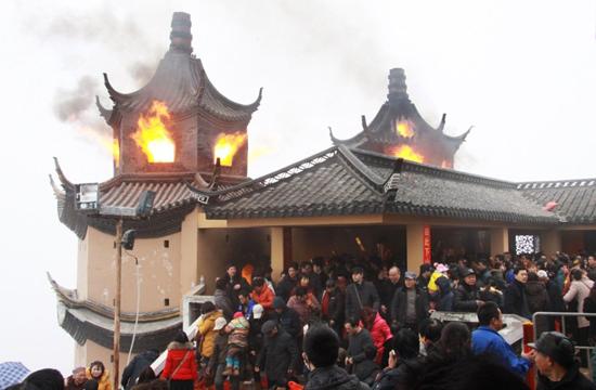 2月14日,近6万香客聚集南通狼山广教寺烧香祈财.