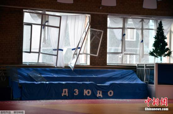 据俄新网报道,俄罗斯车里亚宾斯克州15日降下陨石雨,造成逾百人受伤,图为当地建筑物受到损坏。 width=