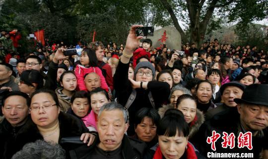 逛大庙会的成都民众。 武侯祠宣 摄