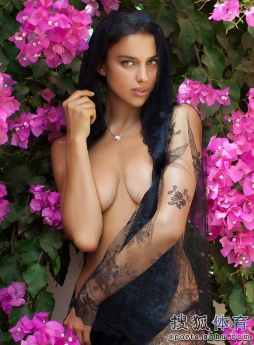 近日,著名体育杂志《Sports Illustrated》公布了C罗女友伊莲娜拍摄的2013年最新泳装海报,整组照片尽显西班牙风情,俄罗斯名模摆出各种姿势,极尽诱惑。