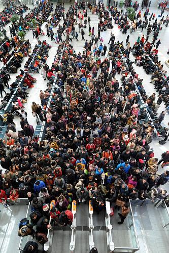 2月15日,旅客在沈阳北站候车大厅候车。当日是春节长假的最后一天,各地铁路、公路和民航迎来春运返程客流高峰。新华社发(杨新跃 摄)