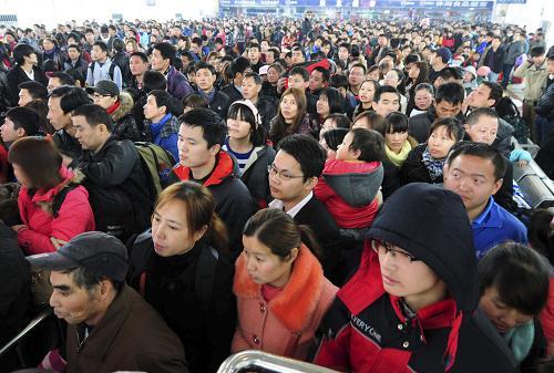 2月15日,在江西九江火车站候车室,大批旅客等待进站上车。新华社发(胡国林 摄)