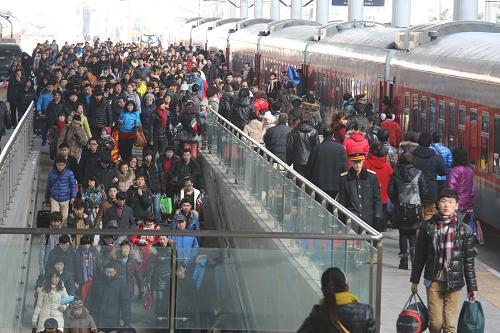2月15日,旅客步入大连站出站通道。新华社发(张春雷 摄)