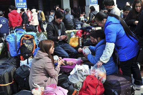2月15日,旅客在湖北宜昌火车站东站广场上候车。新华社发(王辉富 摄)