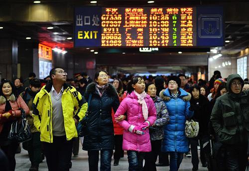 2月15日,在铁路杭州站,旅客走出站口。新华社发
