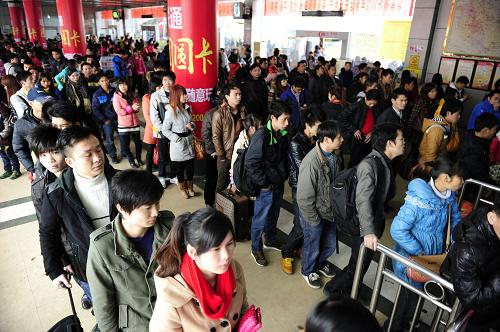 2月15日,外出务工人员在广西罗城县汽车总站排队购买车票。新华社发(吴耀荣 摄)