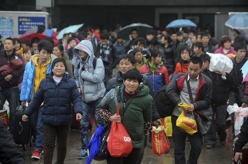 2月15日,旅客走出宁波火车东站出口处。新华社发(龚国荣 摄)