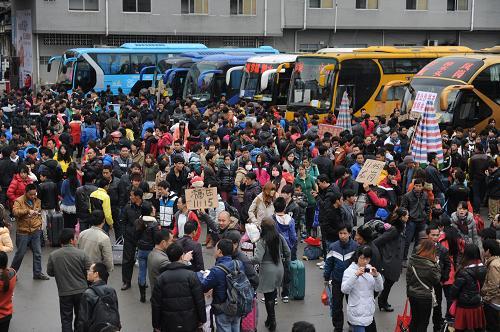 2月15日,旅客在广西罗城仫佬族自治县汽车总站候车。新华社发(韦如代 摄)