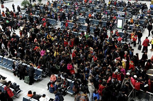 2月15日,旅客在沈阳北站候车室候车。新华社发(张文魁 摄)