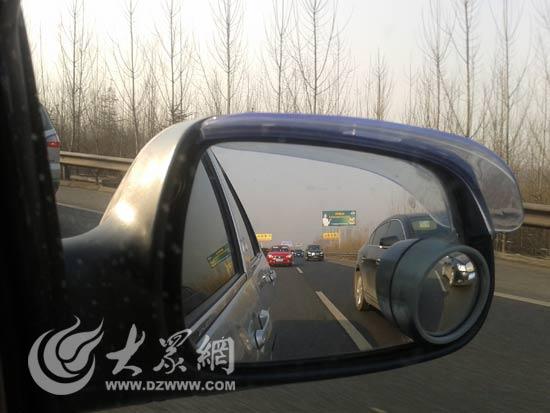高速路上车辆缓慢行驶