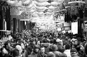 39个重点旅游城市的监测显示,春节黄金周期间共接待游客7600万人次,同比增长15%。新华社发