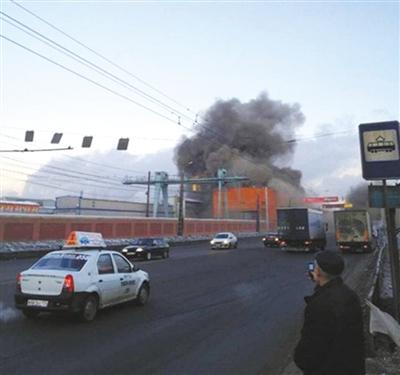 15日,车里雅宾斯克,一家工厂受陨石的影响冒出浓烟。