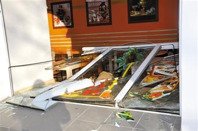 15日,爆炸的冲击波将窗框也震落。