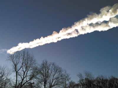 """15日,俄罗斯车里雅宾斯克地区,陨石在天空中划出一道长长的""""尾巴""""。"""