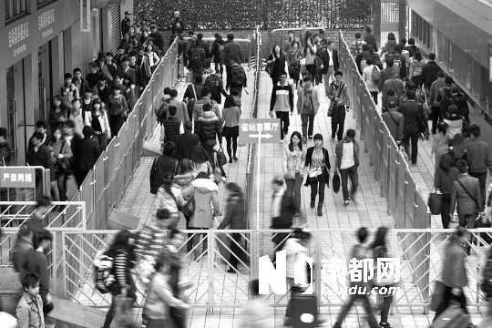 昨日,随着铁路返程客流高峰出现,广东省汽车站用铁马分流返程旅客。南都记者黎湛均 摄
