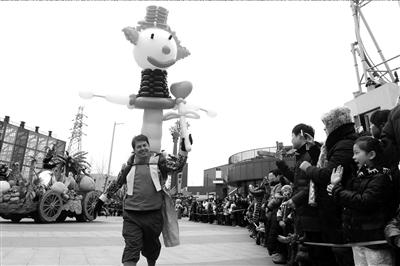 北京欢乐谷,外国小丑与观众互动。春节黄金周最后一天,不少市民都抓紧时间享受这即将过完的假期。本报记者胡雪柏摄