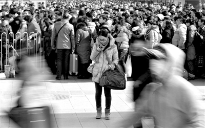 北京站前地铁2号线入口等候人群排起了长队。昨天,铁路返京高峰如期到来。本报记者张斌摄/视频