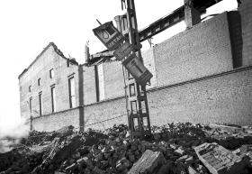 2月15日,俄罗斯车里雅宾斯克,当地一家制锌工厂建筑被陨石坠落带来的冲击波损坏。  组图/新华社