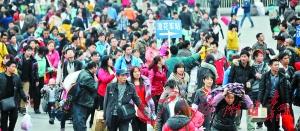 昨日,广州火车站广场前可见大量返程客流。 记者黎旭阳 摄