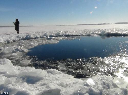 陨石将湖面砸出一个直径近八米大的坑。