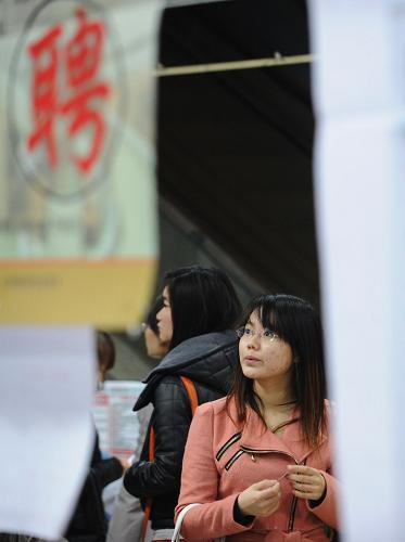2月16日,求职者在重庆江北一场大型招聘会上查询招聘信息。当日是大年初七,也春节长假后上班第一天,重庆各大人才市场陆续开门举办综合类或专场类招聘会。新华社记者 李健 摄