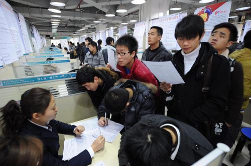 2月16日,求职者在重庆江北一场大型招聘会上现场应聘。新华社记者 李健 摄
