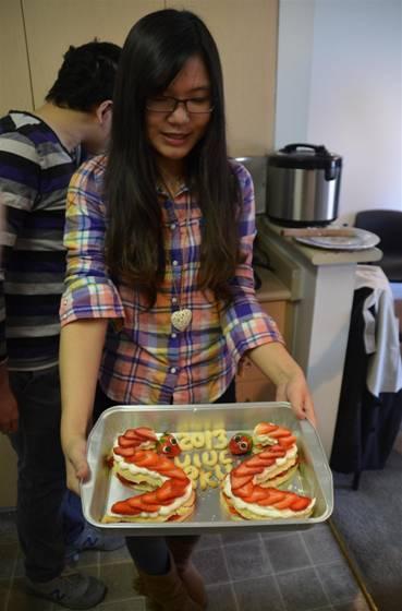 小虞用草莓切片和奶油,饼干拼出的蛇形点心,灵动可爱