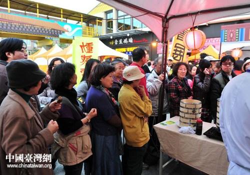 """2011年的首届""""高雄市灯会艺术节暨北京特色周"""",台湾民众排队购买北京特色小吃。图自中国台湾网"""
