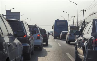 昨日,京港澳高速出京路上排起了长队。实习生 王飞 摄