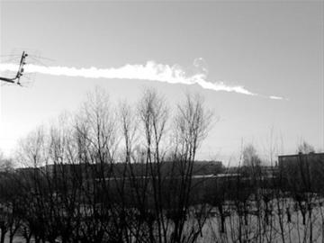 陨石坠落时留下一道轨迹
