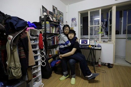 图为2012年11月18日,在出租屋内,宁宁坐在诺诺腿上.策略地理构建冷祥美中课堂生本高图片