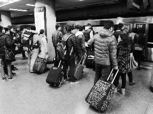 记者的老家在江西中南部的一个小乡村,到北京实际路程有1500多公里。记者14日上午就从老家出发,16日下午才抵达北京。这段旅程颇具�逦丁�