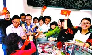 未婚年轻人在春节期间喜欢成群结队地扫楼讨红包。